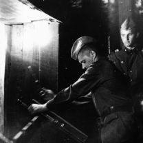 Заряжание оружия перед сменой поста. Лето-83